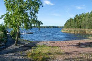 Haimion yleinen uimaranta. Taustalla uimalaituri, makeanveden allas ja taivas.